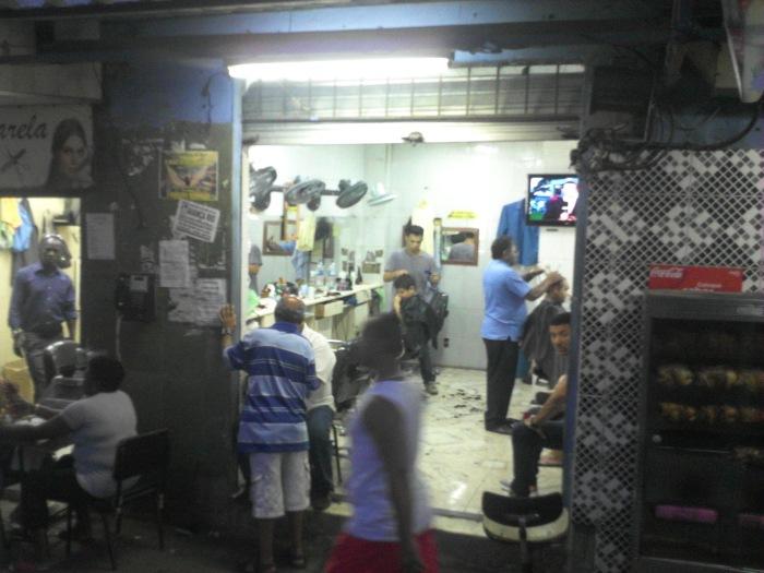 Schnipp, Schnapp: In der Rocinha gibt es Dutzende Mini-Friseursalons (Foto: BuzzingCities)