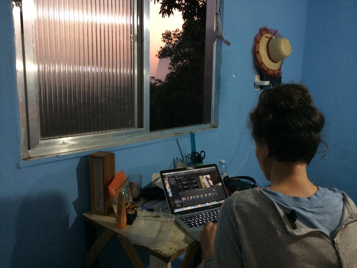 Arbeit am Abend - mit Strom und Sonnenuntergang (Credits: BuzzingCities)