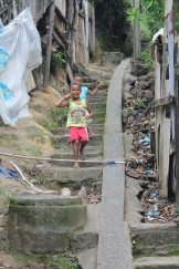 Kinder in einer Favela im Complexo do Alemão (Foto: BuzzingCities)