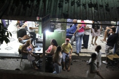 Abendlicher Friseurbesuch in der Rocinha (Credits: BuzzingCities)