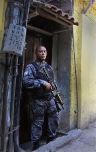 Polizist in der Rocinha (Credits: BuzzingCities)