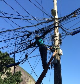 Arbeiten am Strommast in der Rocinha (Credits: BuzzingCities)