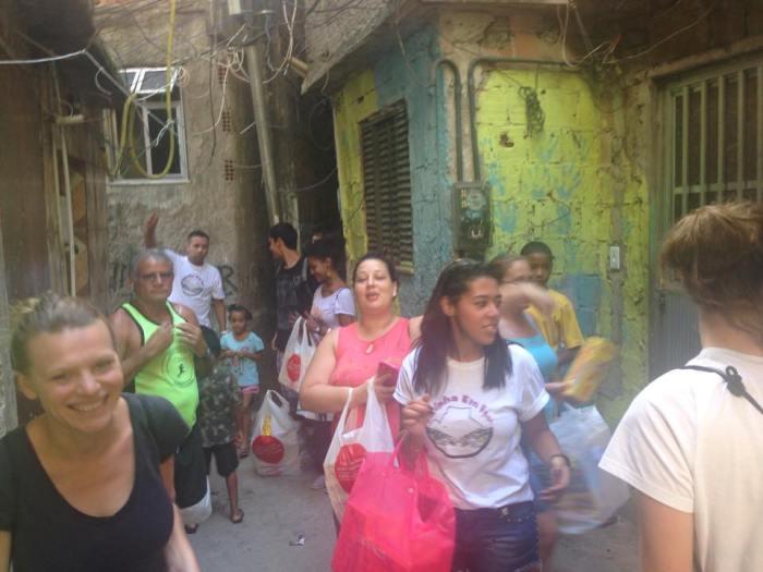 Verteilaktion in der Rocinha (Foto: Rocinha em Foco)