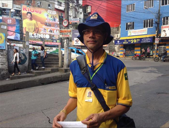 Läuft Kilometer pro Tag: Postbote in der Rocinha (Foto: BuzzingCities)