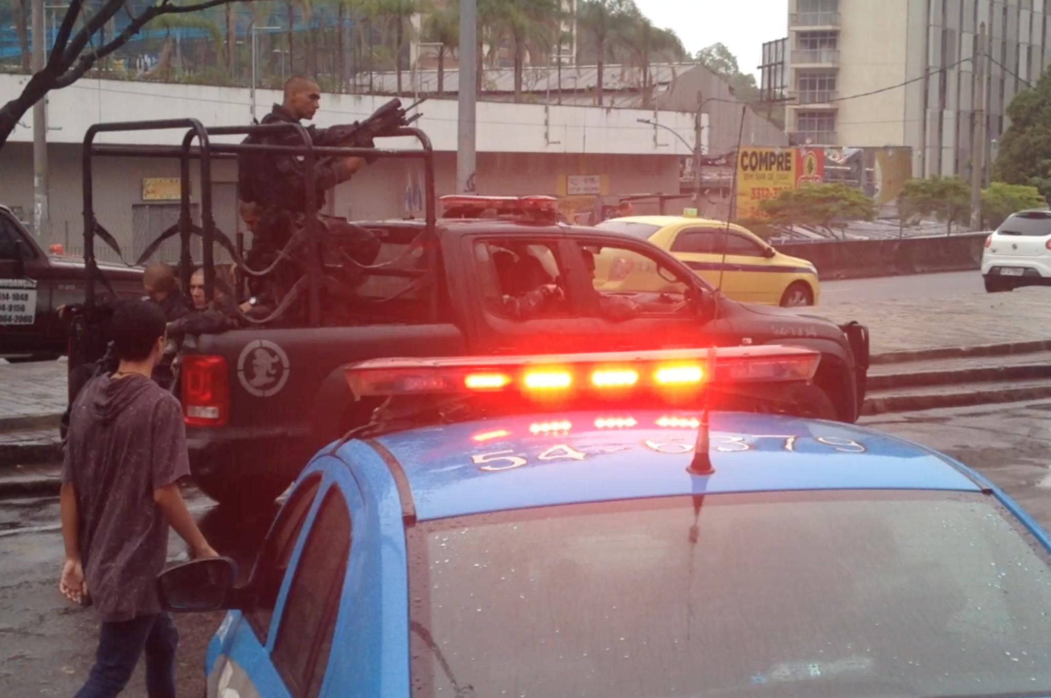 Polizei und Militärs in Rios Favelas (Foto: BuzzingCities Lab)