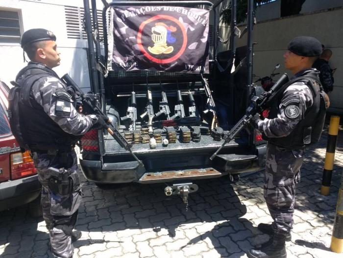 Beschlagnahmte Waffen in Caju (Foto: PMERJ/Twitter)