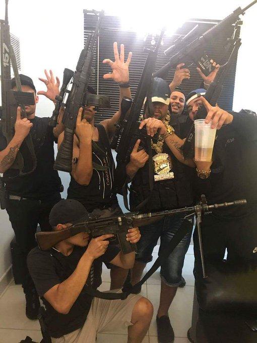 Cachorrão (dritter von links) mit anderen Gangmitgliedern (Foto: Disque Denuncia)