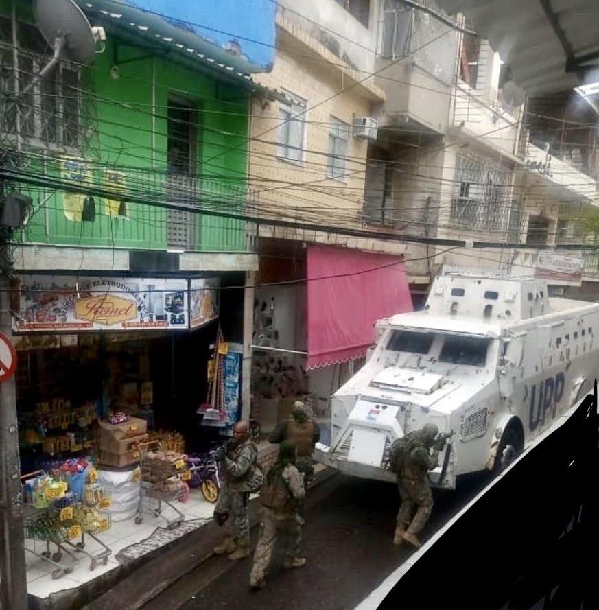 Gepanzerte Fahrzeuge, die durch die Favela rollen (Foto: Raul Santiago)